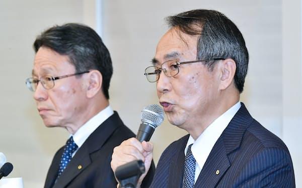 記者会見する関西電力の森本孝新社長(右)と岩根茂樹前社長(14日、大阪市北区)