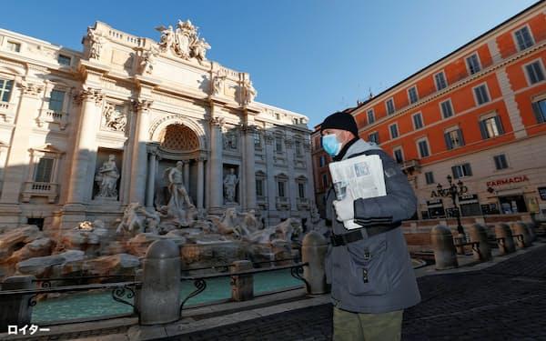 イタリアの観光名所トレビの泉は観光客の姿が激減した(10日、ローマ)=ロイター