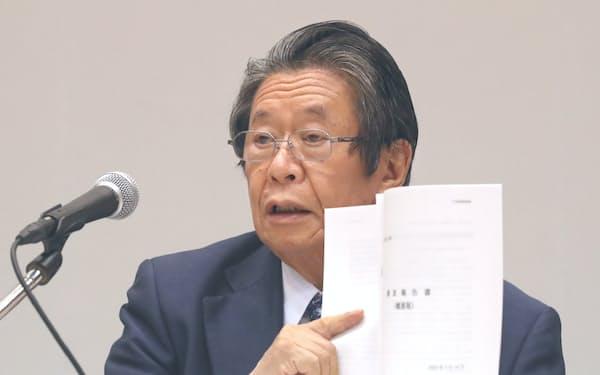 調査報告書の概要を手に記者会見する第三者委の但木委員長(14日、大阪市福島区)