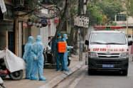 感染者が発生した地区では封鎖されるケースが増えてきた(ハノイ市)=ロイター