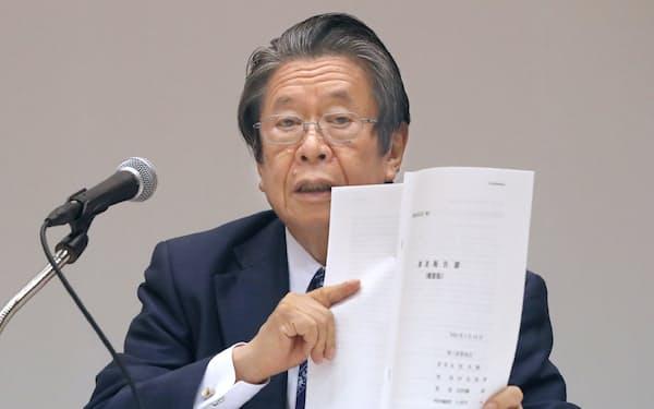 調査報告書の概要を手に記者会見する第三者委の但木委員長(14日午後、大阪市福島区)