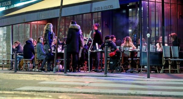 14日もパリのレストランでは飲食を楽しむ人が見られた=ロイター