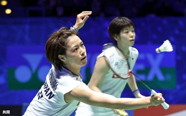 女子ダブルス準決勝 高橋礼、松友組と対戦する福島(左)、広田組(14日、バーミンガム)=共同