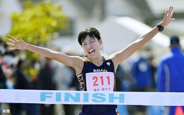 女子20キロで優勝し、東京五輪代表に決まった藤井菜々子(15日、石川県能美市)=共同