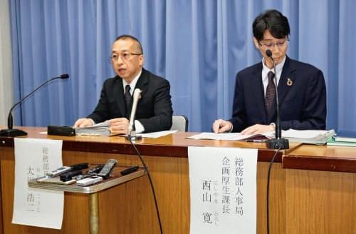 新型コロナウイルス感染の府職員について記者会見する大阪府の担当者(15日、大阪府庁)
