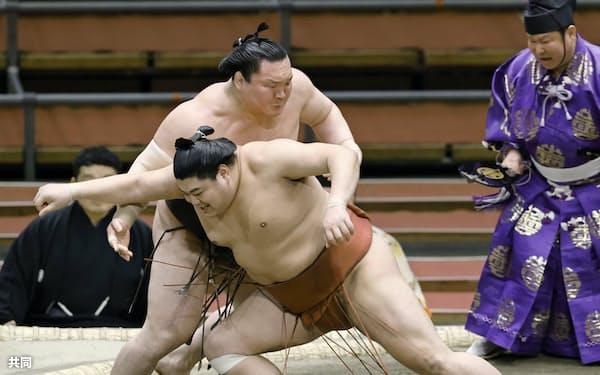 白鵬(奥)がとったりで阿炎を下す(15日、エディオンアリーナ大阪)=共同