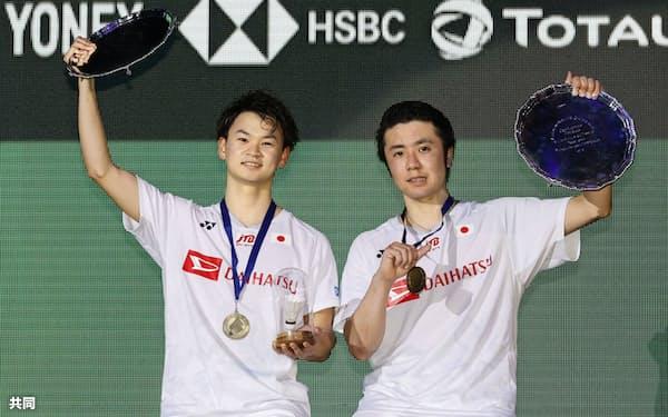 男子ダブルスで日本勢初優勝を果たし表彰式で笑顔の遠藤(右)、渡辺組(15日、バーミンガム)=共同