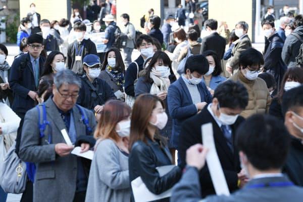 傍聴券を求めて列を作る人たち(16日、横浜市中区)
