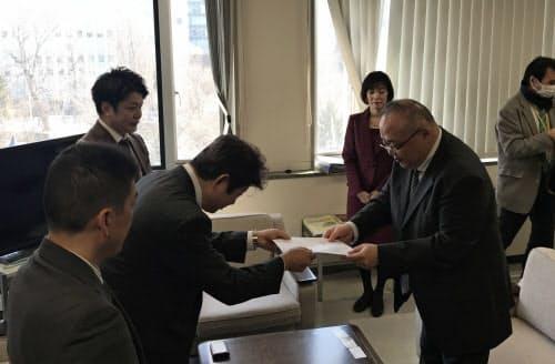 住宅宿泊管理事業者連絡協議会の武山真路代表幹事が要望書を提出した(16日、札幌市)