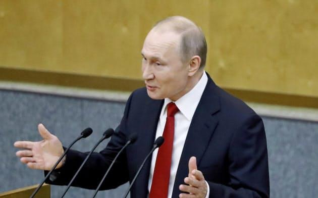 プーチン氏の今回の権力維持の手法はクリミア併合や石油大手ユーコスの収用の時と同様、表向きはまっとうにみえるよう練ったものという(写真は10日、ロシアの議会で演説する同氏)=ロイター