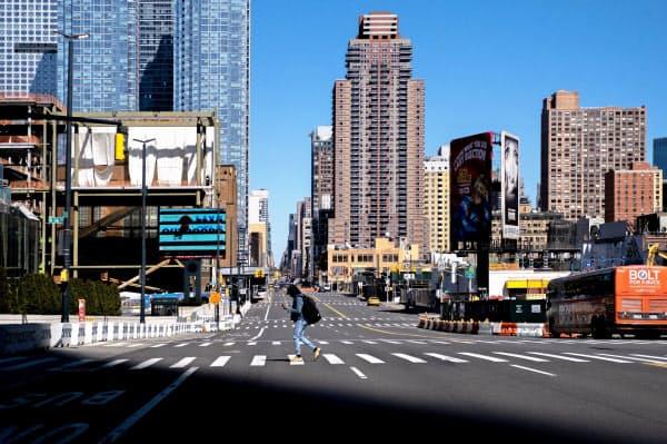 新型コロナウイルスの感染拡大で、ニューヨーク市内の人影はまばらだ(15日)=ロイター