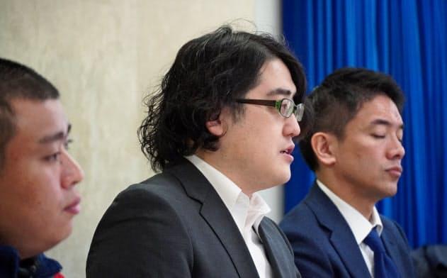 ユニオンの前葉富雄執行委員長(写真中央)は「配達員の言いたいことを言える環境に」と話す(16日、東京・千代田)