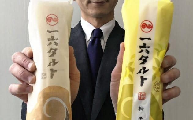 新しい包装材の一六タルト柚子(右)と従来品(16日、松山市)