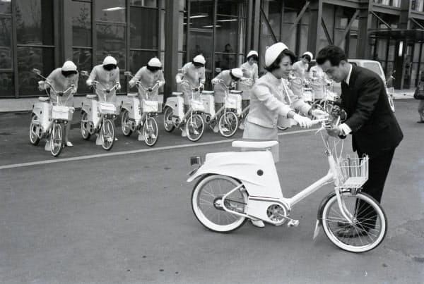 サンヨー館に展示された電気自転車を贈呈する様子