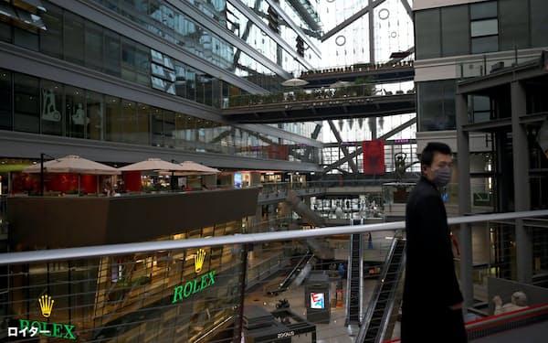 新型コロナの影響による消費の冷え込みは深刻化している(2月、北京市の商業施設)=ロイター