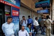 イエス銀行の預金の引き出し制限を受け、支店に並ぶ預金者(6日、ムンバイ)=ロイター