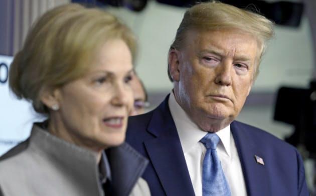 トランプ大統領の再選シナリオにコロナが逆風?(16日、ワシントン)=AP