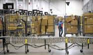アマゾンは必需品のニーズの高まりを受け、配送能力を拡充している(米ミシガン州の物流拠点)=AP