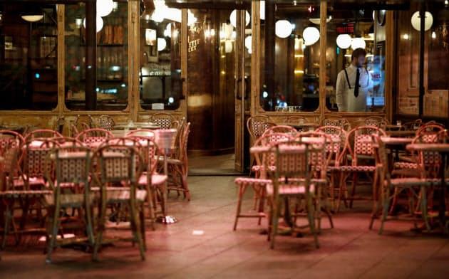 閉店準備をするパリのレストラン=ロイター