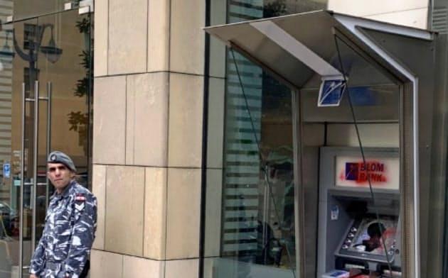 ベイルートの銀行を警備するレバノンの兵士。ATMは破壊されていた。