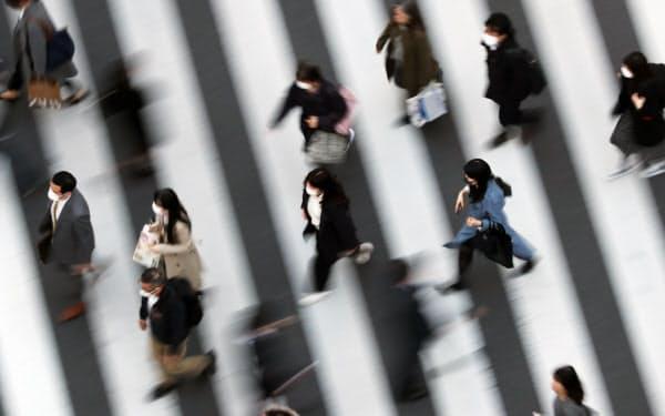 マスク姿で街を歩く人たち(東京・銀座)