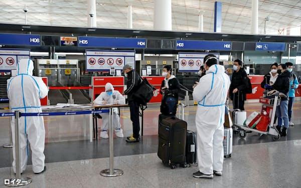 新型コロナウイルス対策で厳戒態勢の北京空港(16日)=ロイター