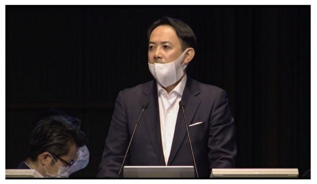 Zホールディングスの臨時株主総会で議事を進行する川辺健太郎社長(17日、東京都千代田区)