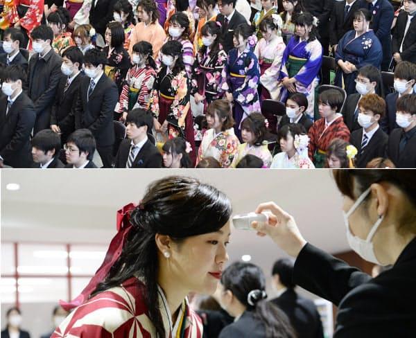 マスク姿の学生が目立つ国際医療福祉大学の卒業式(写真上)。学生は額に体温計をかざして、健康状態を確認して参加した(3月12日、千葉県成田市)
