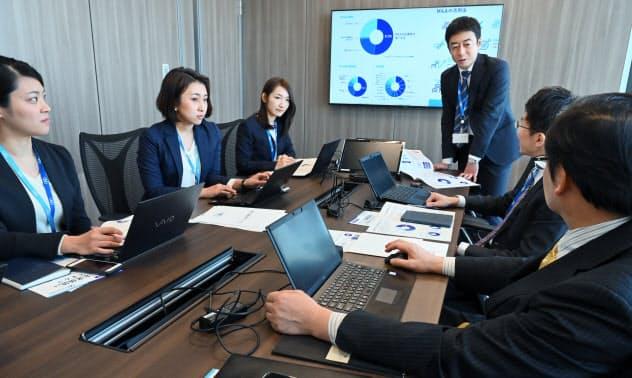 M&Aの案件について打ち合わせをするストライクのコンサルタントや会計士ら(東京都千代田区)