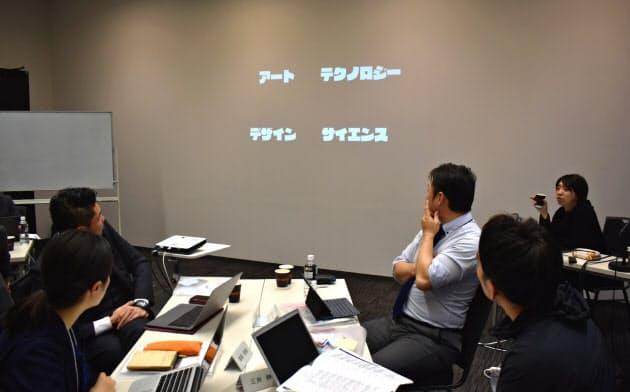 筑波大の次世代リーダー向け講座で講義する落合准教授(右)