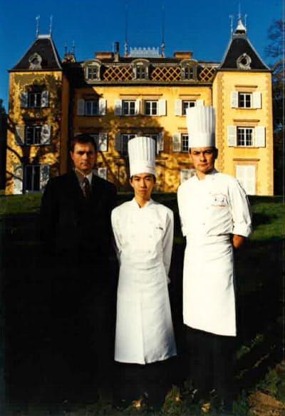 20歳で念願のフランスでの実地研修を果たした(中央が大久保さん)