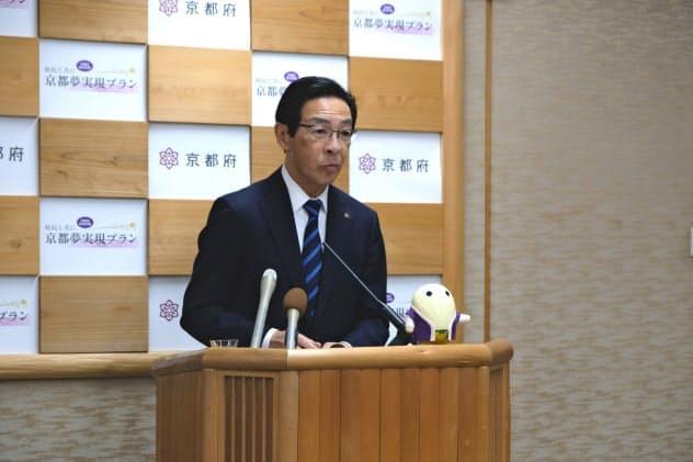 京都府の西脇隆俊知事は「(国や京都市と)連携して京都経済への影響を軽減したい」と話した(17日、京都市)