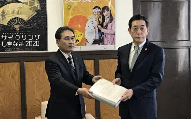 四国電の長井社長(左)は中村知事にトラブルの原因と再発防止策を報告した(17日、県庁)