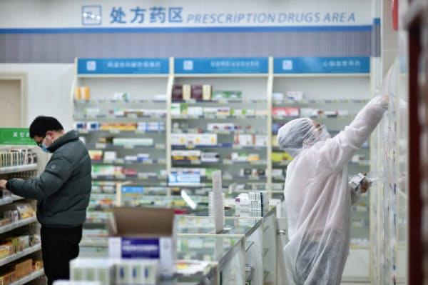 中国政府は新型コロナウイルスを巡り、治療薬の臨床研究を進めている(6日、湖北省武漢市の薬局)=AP