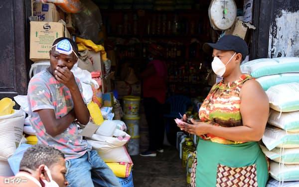 市場でマスクを着用する人々(17日、ルワンダ・キガリ)=ロイター