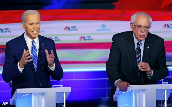 米民主党の大統領候補選びで首位に立つバイデン前副大統領(左)と、おいかけるサンダース上院議員(右)=AP