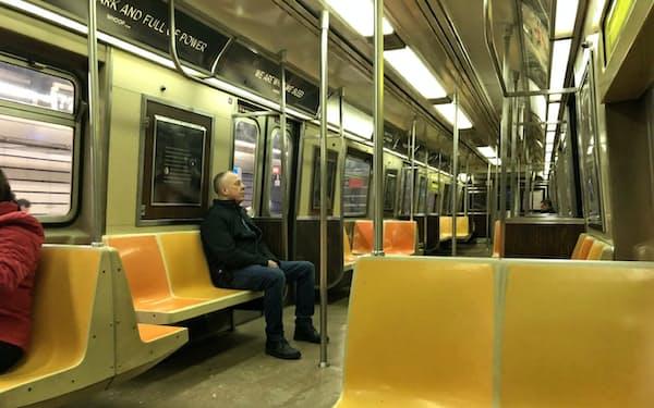 朝の通勤時間も地下鉄から人が消えた(17日、ニューヨーク・マンハッタン)
