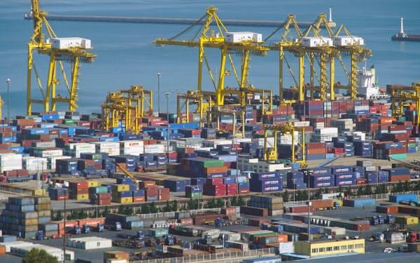中国からの輸入は7カ月連続で減少(中国・大連の港に並ぶコンテナ)