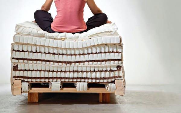 ココマットのベッドの断面図。金属製のコイルを使わず、天然素材で構成する