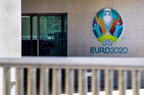 EURO2020のロゴが飾られたUEFAの本部。UEFAは17日、EUROの1年間延期を決めた=AP