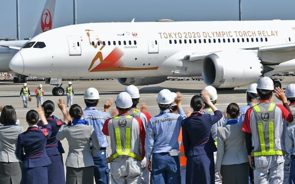 東京五輪の聖火を日本へ運ぶため、ギリシャに向け出発する特別輸送機「TOKYO2020号」(18日、羽田空港)