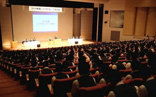 ノジマは例年の合同入社式をやめ、全国33会場で分散開場する(19年度の入社式の様子、横浜市)