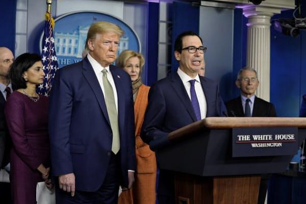 17日の記者会見でムニューシン米財務長官は「1兆ドルの経済対策を提案した」と明らかにした=AP