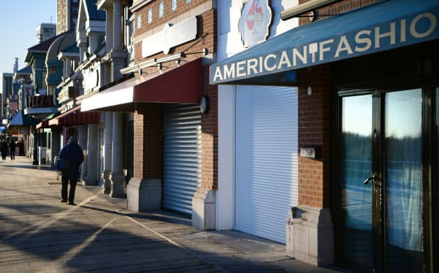 シャッターが閉まった店が並ぶ「ボードウォーク」(2019年12月、米アトランティックシティー)=目良友樹撮影
