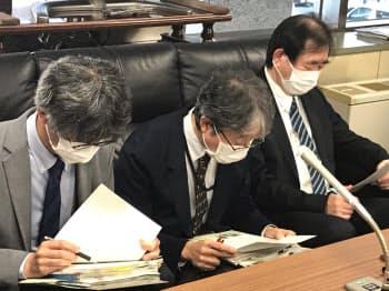 新型コロナウイルスの新たな感染者の確認を発表する北海道の担当者(18日、北海道庁)