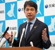 記者会見する茨城県の大井川知事(18日、茨城県庁)