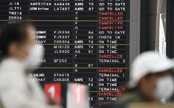 多くの航空便が欠航となった(18日、成田空港)