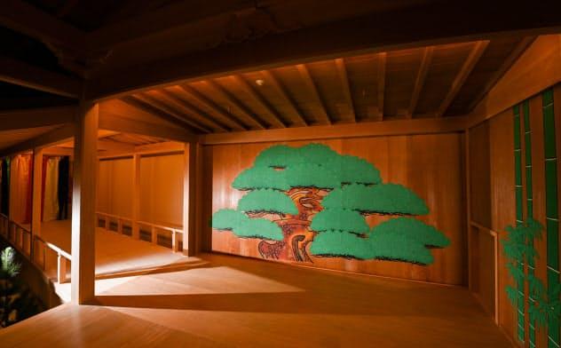 日本画家、前田青邨による松の絵が配された能舞台(奈良県桜井市の三輪山会館)