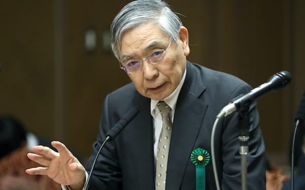 参院財政金融委で答弁する日銀の黒田総裁(18日)