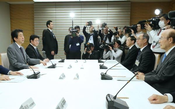首相官邸で開かれた皇位継承に関する式典委員会(18日)